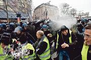 香榭麗舍大道上周六有黃背心示威,警方向他們噴射催淚氣體。(法新社)