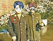 圖為舉報者發布的圖片,顯示涉事的李(左)胸口有納粹徽章(紅圈示)。(網上圖片)
