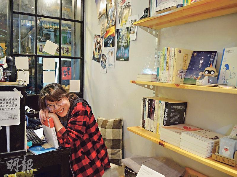 「URBAN SPACE 都市空間」店長胡灼恩﹕架着幼框眼鏡的胡灼恩,舉止比外表豪邁。她形容在韓國讀大學時,照舊素顏出門,班上男生打扮都比她漂亮。她與母親在土瓜灣經營咖啡店,兼賣精神食糧,主要為韓國翻譯書籍,貼上手寫書評,「不少人讀中學時常被迫看書,但大家在這兒可以放輕鬆,不看書也沒所謂」。(蔡康琪攝)