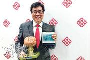 理工大學醫療及社會科學院院長岑浩强(圖)是腦神經心理學家,在腦損傷、認知障礙與康復等方面擁有30年研究經驗,研究方向包括心理和神經心理評估和測試、前瞻性記憶等(Prospective Memory,圖中他手持為相關書籍)。他在本港出生及就讀中小學,在新西蘭及澳洲完成本科生及哲學博士課程,並於澳洲高等院校工作多年。他稱因子女已經長大,自己希望有新突破,去年7月回港出任院長一職。他說作為院長主要工作是帶領學院發展,自己於周六或周日亦會繼續做研究。(陳嘉詠攝)