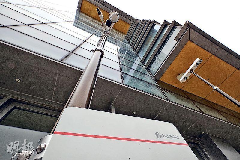 開發移動式攝錄系統的本地安全科技公司OT Systems去年已與中國移動香港合作,利用他們在科學園裝設的5G網絡,測試實時傳輸超高清4K閉路電視影片;5G網絡可支援多鏡頭實時傳輸,影像清晰度亦更高。(曾憲宗攝)