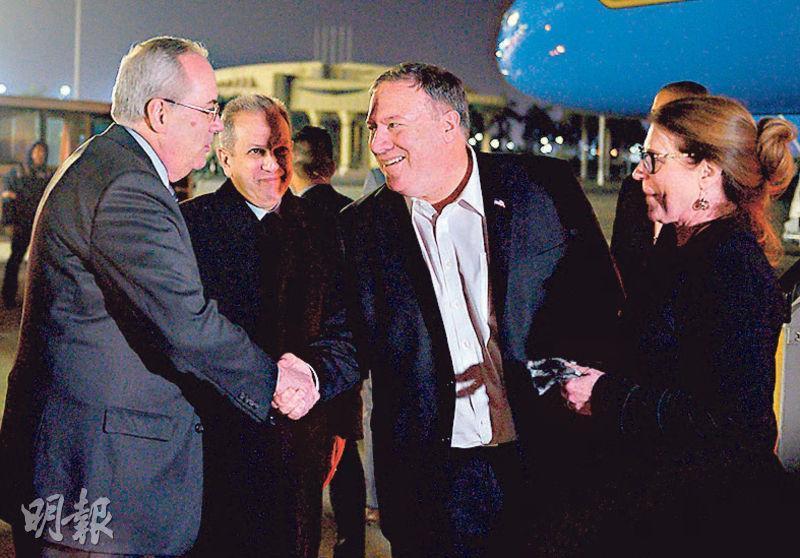 美國國務卿蓬佩奧(中)與妻子(右)周三抵達埃及開羅訪問,獲官員接機歡迎。(法新社)