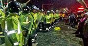 數以百計金湖家長前日下午和晚上在雨中集會,大批身穿黃色雨衣的警員組成人鏈戒備。(網上圖片)