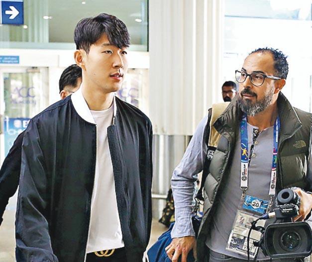 孫興慜(左)前日飛抵阿布扎比,與韓國隊大軍會合,外間預計他在今晚對中國隊的分組賽最後一輪賽事,將先列後備。(法新社)
