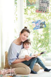 胡杏兒與小演員拍攝廣告時母愛大發。