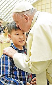 各方合作及贊助下,去年12月頌軒(左)由母、兄及願望成真基金義工陪同,到梵蒂岡出席教宗方濟各的祝聖儀式,他獲教宗吻額及祝福。(受訪者提供)