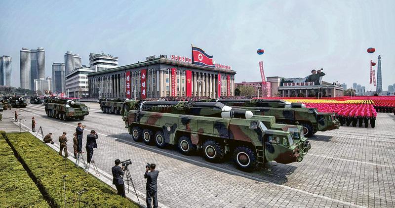 第二輪美朝峰會將於下月舉行,但朝鮮在核武和洲際彈道導彈計劃上會作什麼讓步仍然成謎。圖為去年朝鮮軍演展示的導彈車。(法新社)