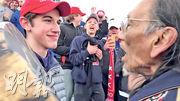 卡溫頓天主教高中的學生上周五嘲弄原住民越戰退伍老兵菲利普斯(右),引發各界批評。(路透社)