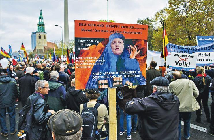 德國柏林2015年11月有民眾示威,反對總理默克爾的收容難民政策。(資料圖片)