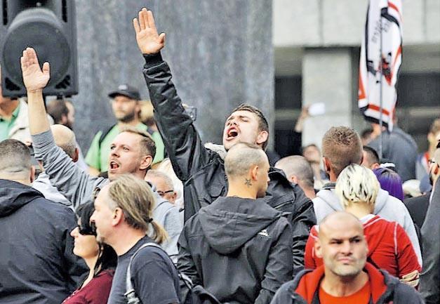 去年8月底在德國肯尼茨的反外來移民示威,有人做出納粹敬禮手勢。(網上圖片)