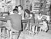 市民聚集在士多門口收聽電台廣播。