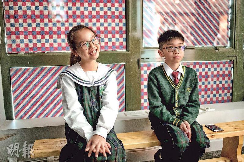 何紫悠(左)歪頭微笑聽着Karen解釋校服的起源,胡敬謙(右)則聽得入了神。