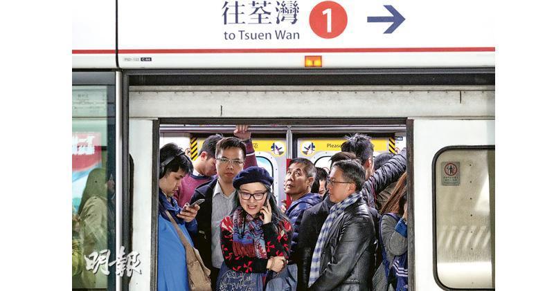 港鐵今年下半年起會在荃灣線轉用新信號系統,港鐵預計轉新系統初期故障會較多,港鐵會制定應變計劃,一旦出現服務延誤或部分路段不能提供服務,會呼籲乘客改搭其他路線過海,或提供免費接駁巴士。圖為昨日荃灣線金鐘站傍晚7時許的情况。(曾憲宗攝)