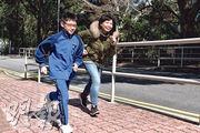 中大昨發表「2018香港兒童青少年體力活動報告卡」提及,僅約三成家長會每周最少一次與子女參與體力活動。在培基書院就讀小六的孫靖哲(左)說,校內有「體育家課」會要求學生課後活動,並由父母簽署作實。孫太(右)說偶爾也會與兒子一同完成「體育家課」,向兒子學習拉筋方式。(馮凱鍵攝)