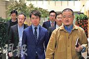 民主派議員邵家臻(右起)、郭家麒、楊岳橋、鄺俊宇、張超雄和朱凱廸,昨與署任行政長官的政務司長張建宗等官員會面,要求擱置調高申領長者綜援年齡被拒。(曾憲宗攝)