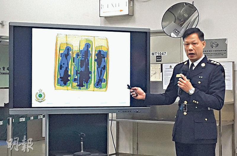 海關空運貨物第一組指揮官鄧國強指出,X光機檢測影像中,金屬物體呈藍綠色,茶包則呈橙色。案中不法者將茶包放入金屬汽車零件,相信是欲藉此避過X光影像偵測。(鍾炳然攝)