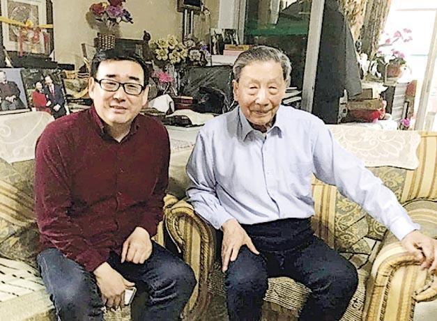 楊恆均(左)本月14日在其Twitter貼出與內地知名經濟學者茅于軾(右)往年的合照,祝賀茅90歲生日。其帳戶自本月17日起無更新。(網上圖片)