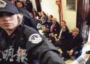 工會領袖和聯邦政府僱員前日在參議院多數派領袖麥康奈爾的辦公室外發起公民不合作運動,抗議聯邦政府停擺。(法新社)