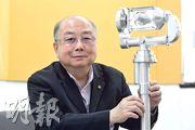 香港理工大學教授容啟亮與理大團隊研製的相機指向系統(圖右),協助嫦娥三號、四號任務。(鄧宗弘攝)