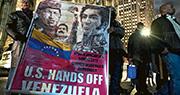 在紐約曼哈頓的委內瑞拉領事館外,周四有支持總統馬杜羅、要求美國不要插手委內瑞拉內政的集會。場內有人展示把已故總統查韋斯、馬杜羅、19世紀軍政領袖博利瓦爾並列的海報。(法新社)