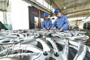 分析指中國車市今年將受中美貿易戰和汽車庫存過高等影響。圖為河北樂亭縣一家汽車配件製造企業的工人在檢驗產品質量。(新華社)