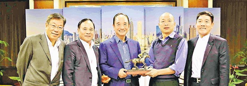 高雄市長韓國瑜(右二)昨日下午會見香港馬會前受薪董事林雋軒(左一)等人。馬會昨日傍晚發聲明稱,沒派代表到高雄與官員會面。(網上圖片)