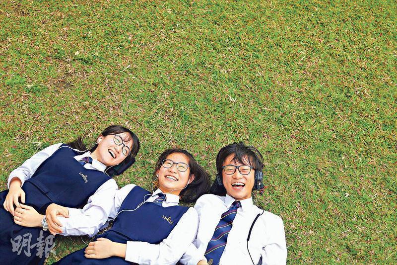 饒梓曈(左起)、蔡惠琳與劉樂天早前經歷了離校日(last day),提起離別、考試會苦着臉,但聚在一起時便笑開了。