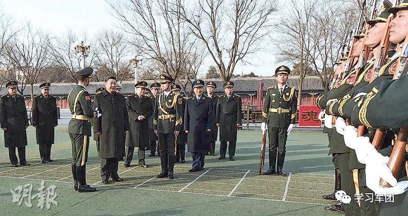 習近平(左四)昨晨來到國旗中隊,觀看戰士們正在訓練場上進行護旗隊列動作和展旗收旗訓練。(網上圖片)