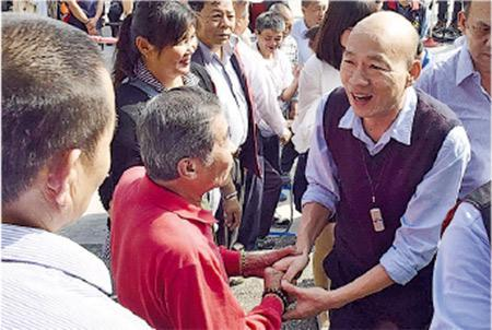 昨日台灣進入春節假期的首日,高雄市長韓國瑜(右)到廟宇參香派紅包。韓國瑜的紅包在網上可炒到1500元新台幣。(中央社)