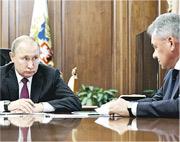 俄羅斯總統普京(左)昨天與國防部長紹伊古(右)等召開特別會議。他隨後宣布跟隨美國停止履行《中程導彈條約》。(法新社)