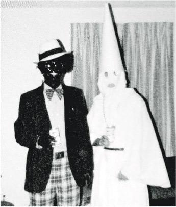 美國弗吉尼亞州州長諾瑟姆因大學年代拍攝了這張以喬裝黑人與白人至上組織「3K黨」人士並排的照片,招來種族歧視指摘。(網上圖片)