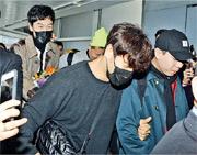 被粉絲重重包圍的李光洙(後)與金鐘國雖然戴着口罩,但他們的眼神也表現笑意。(攝影/記者:黃梓烜)
