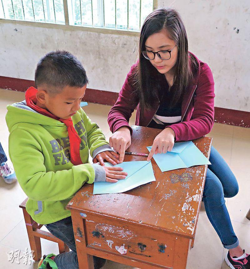 劉羨文(右)前年到廣西一所小學義教,看到當地貧富懸殊嚴重,小孩在缺乏物質下最渴望的仍是親友的陪伴,令她反思自己在生活中所追求的東西。(受訪者提供)