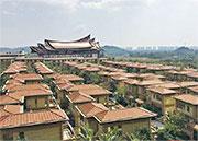 涉違建的國茂清水灣位於海南陵水黎族自治縣國際泥療養生度假區,總佔地12583畝。目前已建成9棟高層樓房約2200戶,201棟別墅,有591戶入住。(網上圖片)