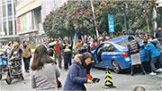 圖為意外發生後途人試圖合力搬開私家車救出傷者。(網上圖片)