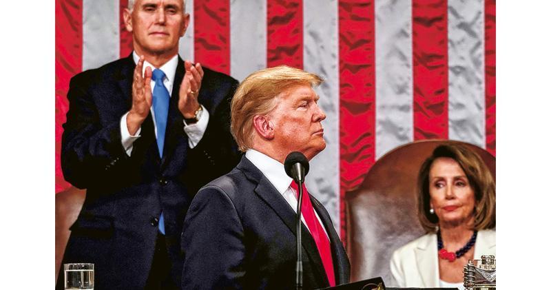 美國總統特朗普(前)周二到國會發表任內第二份國情咨文,其間獲副總統兼參議院議長彭斯(後左)站立鼓掌,民主黨的眾議院議長佩洛西(後右)則流露不悅神色。(法新社)