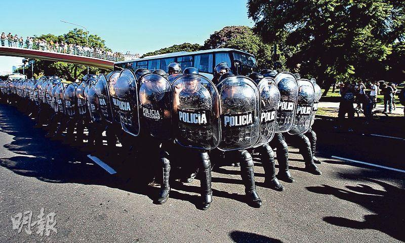 在阿根廷布宜諾斯艾利斯大學法學院,周二有支持委國總統馬杜羅的集會,防暴警察到場戒備。(路透社)