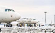 南京祿口機場兩條跑道受積雪影響關閉,逾百航班延誤,不少返鄉心切的旅客無奈要在南京留宿一晚。(網上圖片)