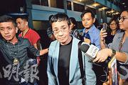 菲律賓異見記者雷薩(中)昨日在馬尼拉被捕。(法新社)