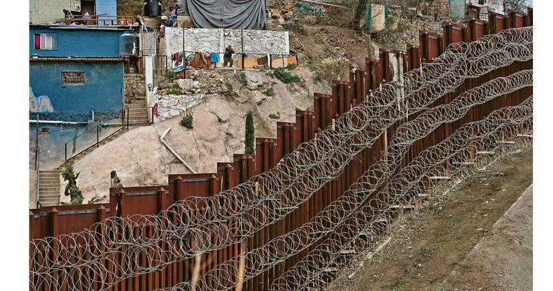 特朗普自競選以來一直爭取興建美墨邊境圍牆,以隔絕赴美偷渡人士。(法新社)