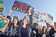倫敦數百名年輕示威者手持標語牌,在議會廣場參與氣候變化示威,其中包括響應全球青年氣候變化行動而罷課的學生。(法新社)