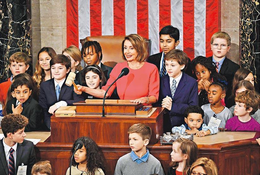 美國眾議院議長佩洛西(中)從政前要照顧5名子女,自言當家長的經驗令她從政時更駕輕就熟。圖為她上月在多名議員的子女及孫兒女包圍下敲打木槌,結束國會開幕儀式。(資料圖片)