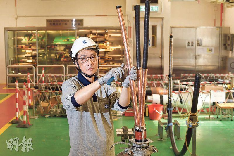 圖為位於中電沙田中心的電纜接駁工場,是技工學徒計劃學員平日上課的地方,泰哥正示範電纜接駁的程序。
