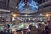 號稱亞洲最大型的綜合電競館Cyber Games Arena(CGA)上月在旺角「麥花臣匯」開幕,場館設電競區(圖),提供至少80部電競級電腦及比賽舞台等,預料符合申請豁免《遊戲機中心牌照》的場地規定。(資料圖片)