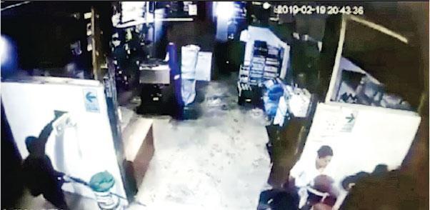 秘魯馬德雷德迪奧斯大區的茵卡特拉雷瑟瓦亞馬遜酒店(Inkaterra Reserva Amazonica)有歹徒闖入挾持住客,包括本港兩個旅行團的旅客,閉路電視片段顯示有人持長槍(左)。(網上圖片)
