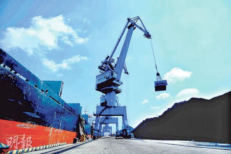 大連海關確定自2月1日起至年底,禁止進口澳洲煤炭。圖為大連港煤炭卸運。(中央社)