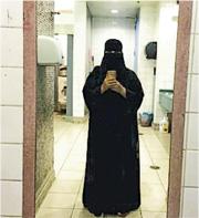逃亡的沙特姊妹表示,就算出外旅遊也沒有自由,圖為其中一人在土耳其機場洗手間的自拍照。(網上圖片)