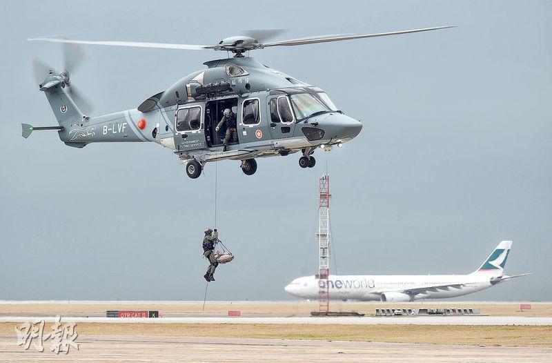 飛行服務隊引入的法國H175獵豹直升機已在本港投入運作,料最後一架今年7至8月抵港,便可全面取代現有的舊式直升機,圖為機師及空勤主任示範駕駛獵豹吊運拯救。(賴俊傑攝)