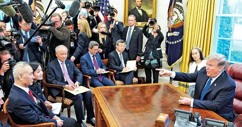 美國總統特朗普(右)上周五在白宮橢圓形辦公室與中國副總理劉鶴(左)會晤,雙方都表示今次中美高級別談判取得很大進展,並將談判延長兩日。(法新社)