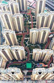 住建部新規定要求住宅交易以單位內部實用面積計算,以後售樓將不能以建築面積計價,也不能包括公共用地的面積,惹來熱議。圖為南京南部新城一處樓盤。(中新社)